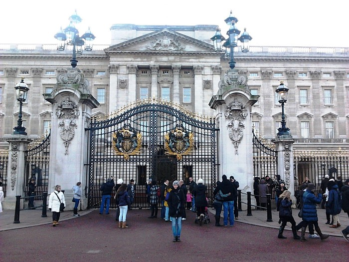 Between the gates you can admire the guards of the Buckingham Palace London