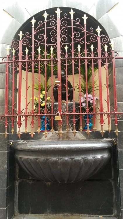 Jeanneke Pis that is protected with iron bars (from vandalism?)