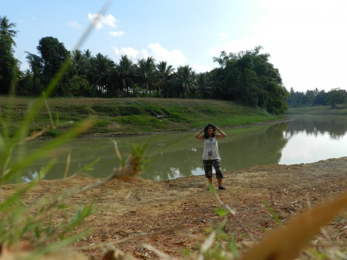 With the rent-a-bike, I ended up visiting breathtaking places where there is no one. This photo was taken by the Sangkae River, Wat-Kor Village, Battambang city.