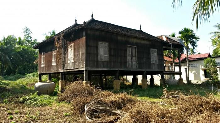 I like the way they make Khmer houses. Wat Kor village, Battambang.